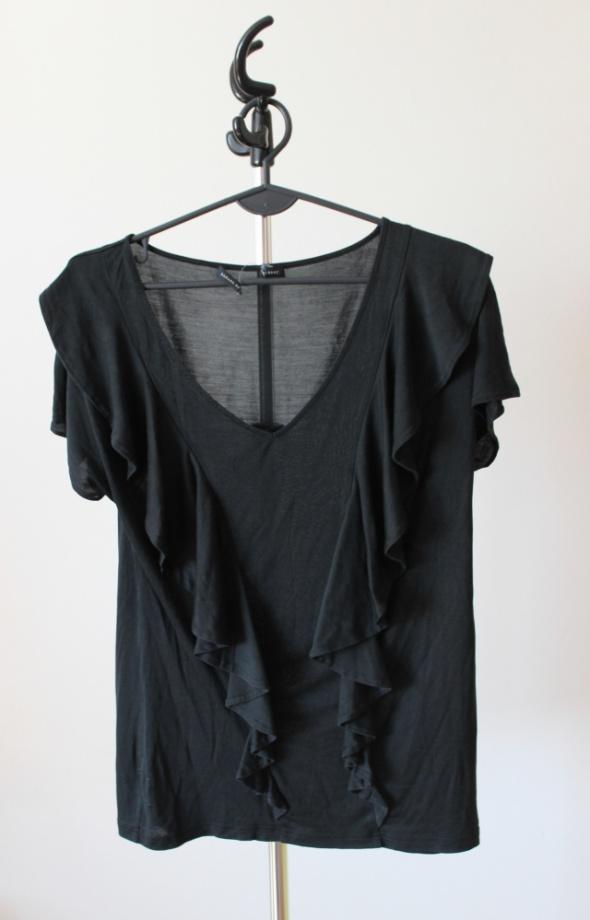 Czarna bluzka w falbanki...