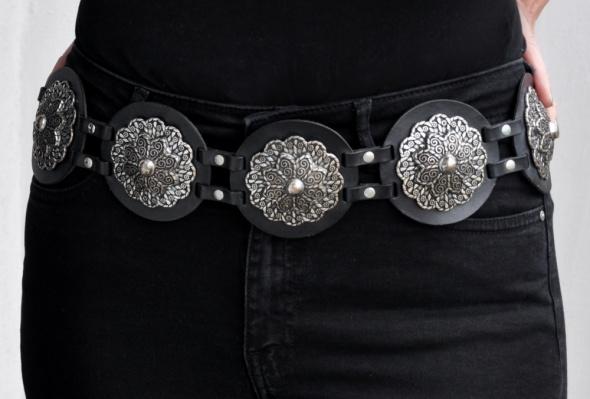 czarny skórzany pas z metalowymi ozdobami