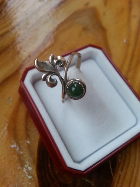 srebrny pierścionek z nefrytem