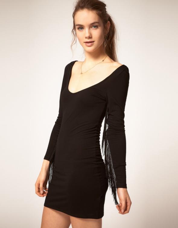 Sukienka z frędzlami na rękawach...