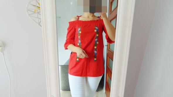 Czerwona bluzka z haftem kwiaty