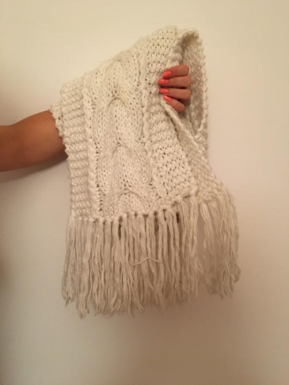 Biały ciepły szal marki DEEP idealny na zime