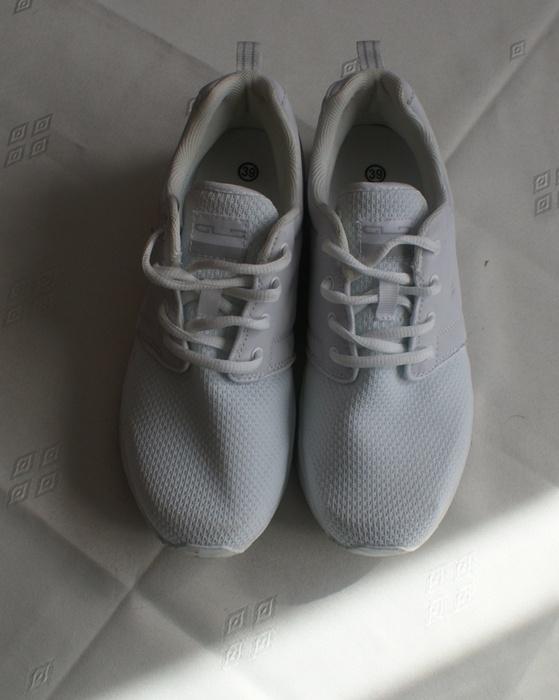 Białe sportowe buty damskie r 39