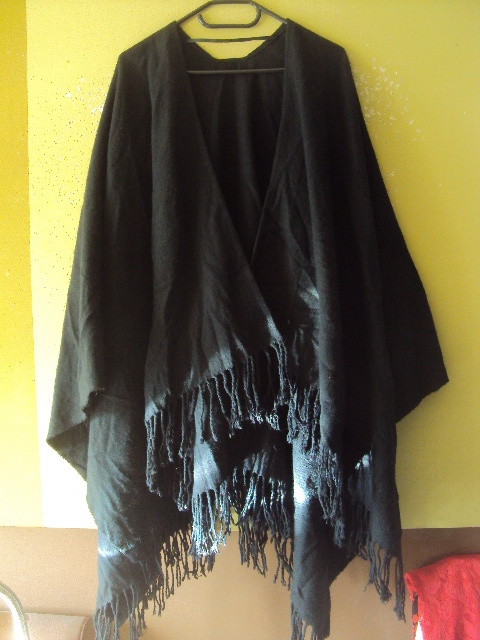 czarne ponczo z frędzlami