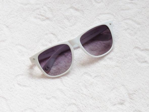 Białe okulary na słoneczne lato