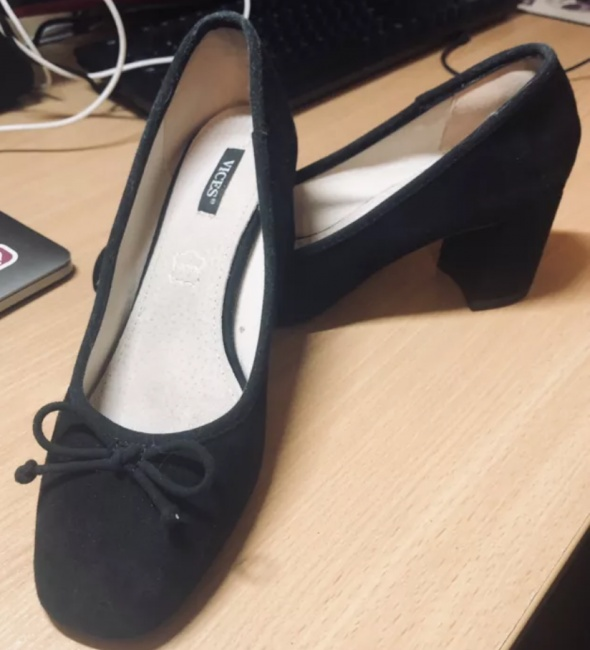 Czarne pantofelki z kokardką na słupku...