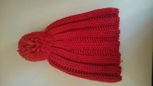czerwona czapka z pomponem avon