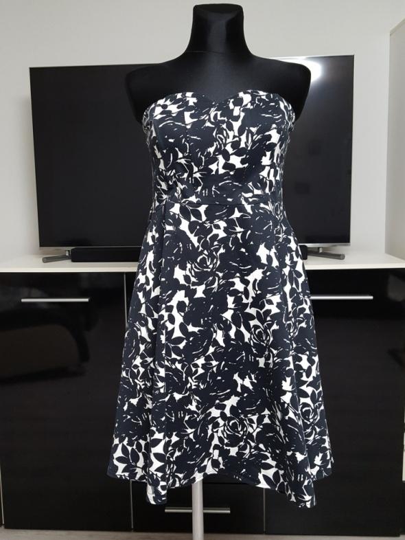 32ae90a0b2 rozkloszowana czarno biała sukienka w Suknie i sukienki - Szafa.pl