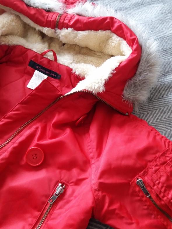 Czerwona krótka kurtka z kapturem Calvin Klein Jeans...