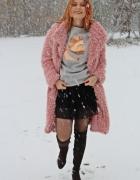 Różowy płaszcz baranek zimą...