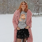 Różowy płaszcz baranek zimą