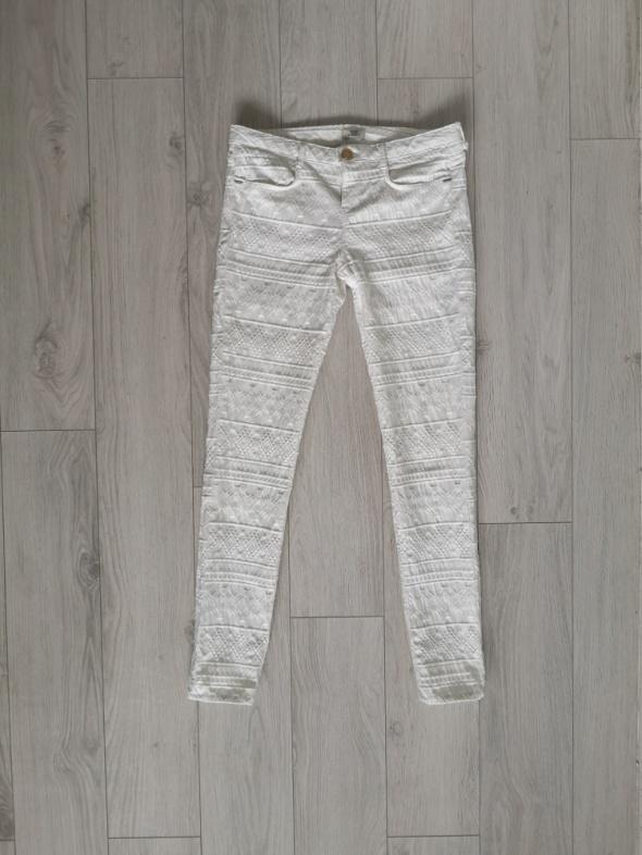 Białe spodnie Bershka S tłoczone wzory...