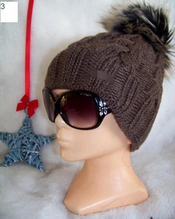 Zimowa czapka damska warkocz z pomponem puszkiem