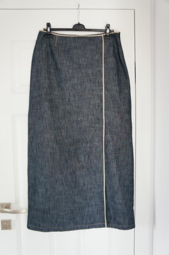Długa jeansowa spódnica z rozcięciem z boku...