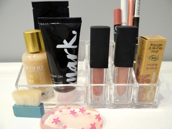Zestaw kosmetyków oraz pojemnik na kosmetyki