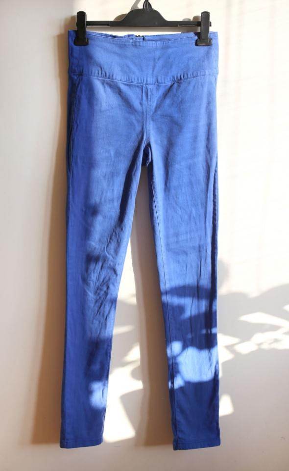 Niebieskie spodnie z wysokim stanem...