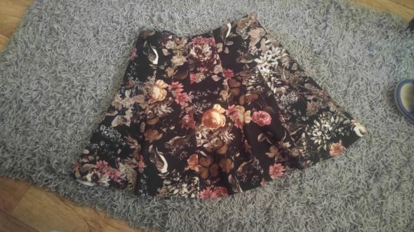 Śliczna spodniczka w kwiatki pull&bear...