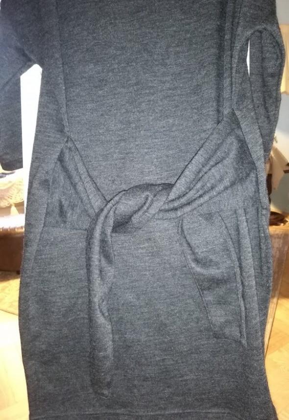 sukienka wiązana w talii