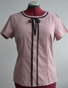 Bluzka ozdobiona czarną koronką rozmiar 44