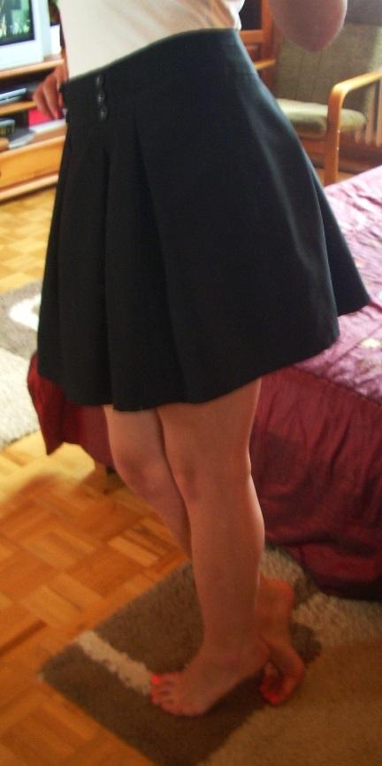 Czarna rozkloszowana spódnica kontrafałdy