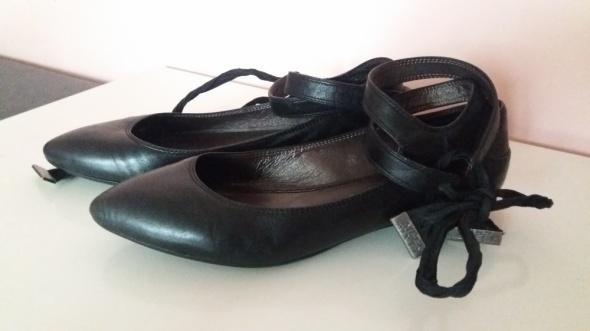 Czarne skórzane baleriny wiązane wokół kostki...