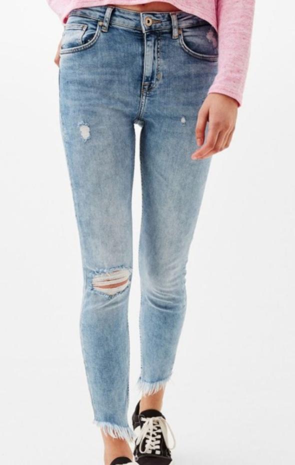 Ubrania Jeansy Bershka z poszarpanymi nogawkami