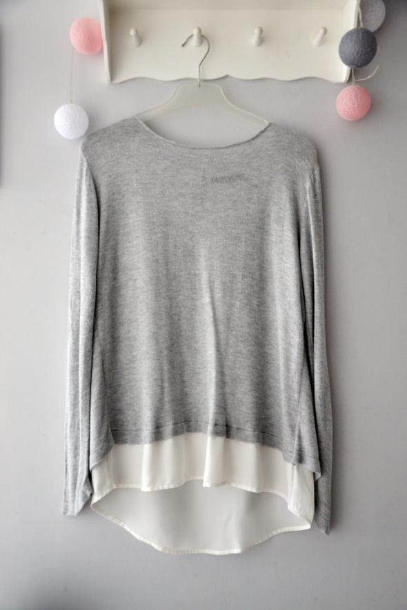 Szary sweterek z ozdobnym koszulowym tyłem biała mgiełka dłuższ...