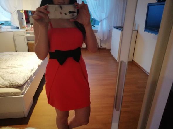 Malinowa sukienka z kokardką