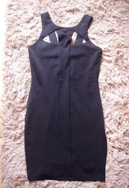 czarna sukienka wycięcia