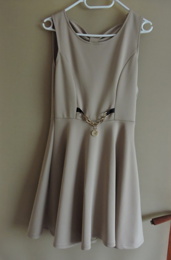 Rozkloszowana sukienka nude