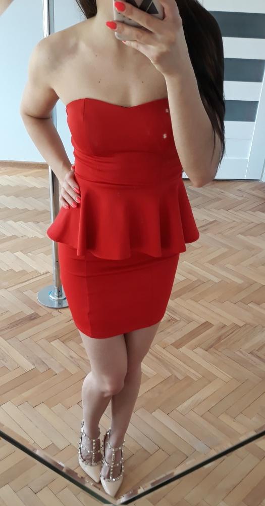 czerwona sukienka mini z baskinką...