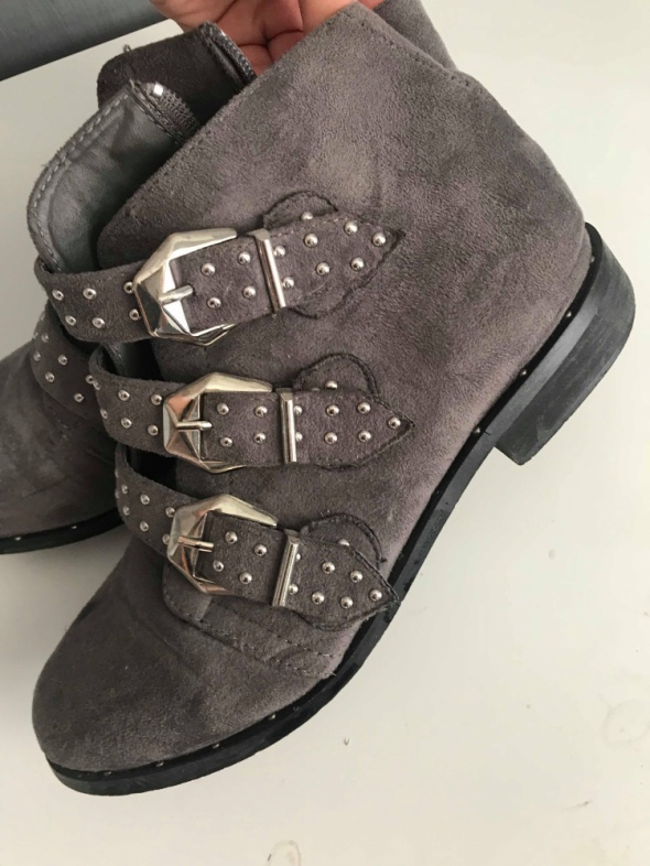 Szare buty z klamrami