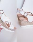 Sandałki białe koturny