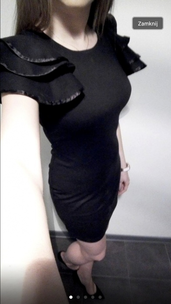 Czarna obcisła sukienka...