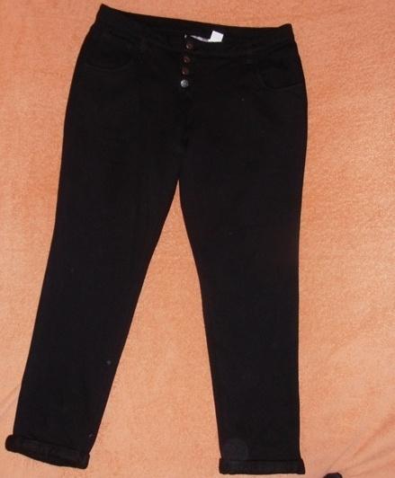 Świetne czarne spodnie z guzikami 4042