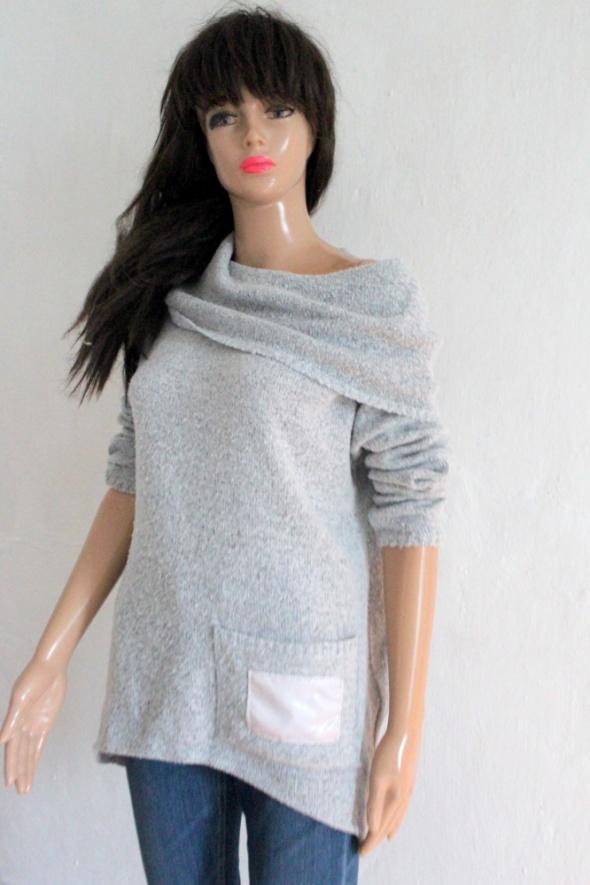 Szary sweterek z kominem r około XL...