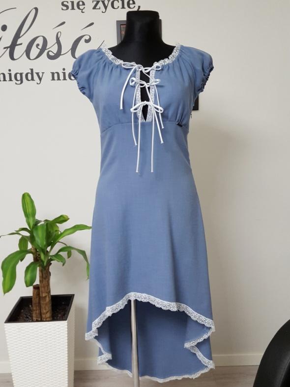 niebieska sukienka sznurowana z koronką Voga Italia