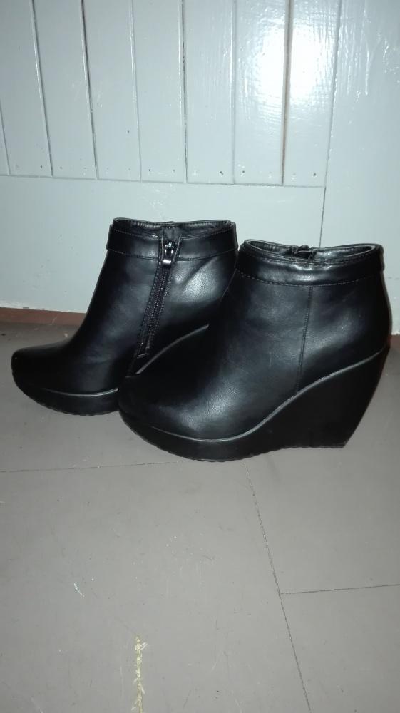 Czarne botki na koturnie 40