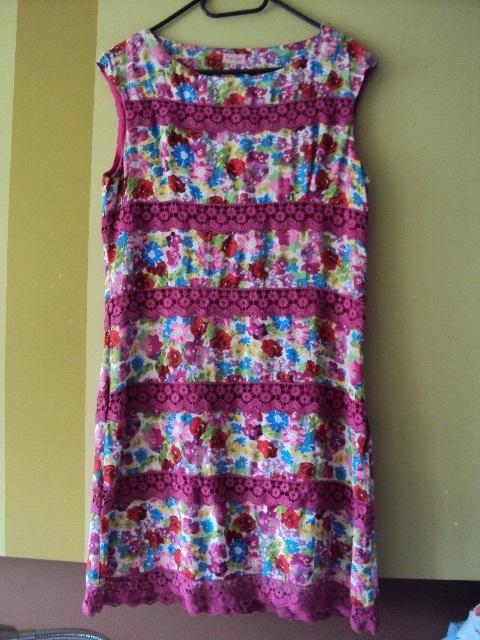 Sukienka w kwiatuszki z gipiurą