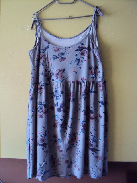 szara sukienka na ramiączka w motylki i kwiatuszki
