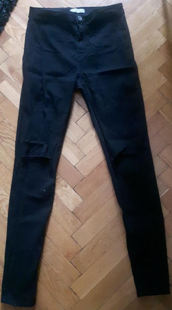 Spodnie z wysokim stanem i fabrycznymi dziurami na kolanach