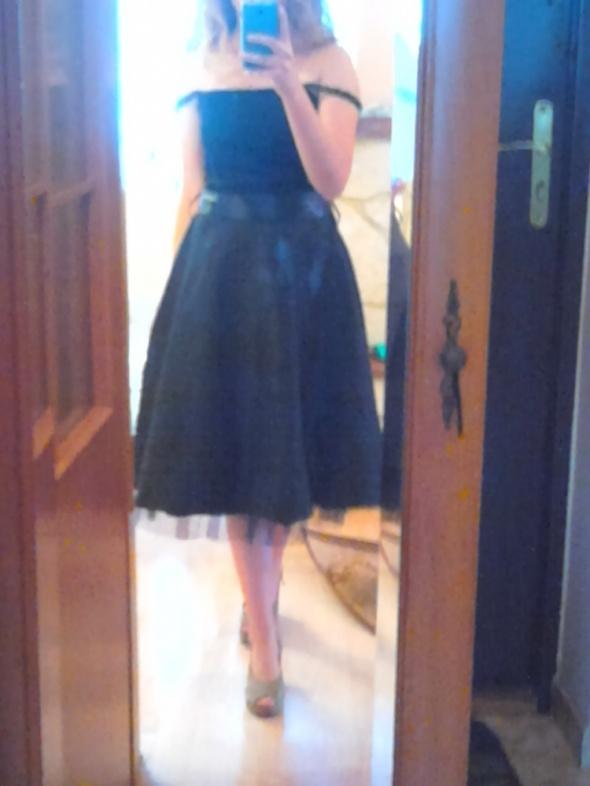 Rozkloszowana sukienka wieczorowa midi za kolano