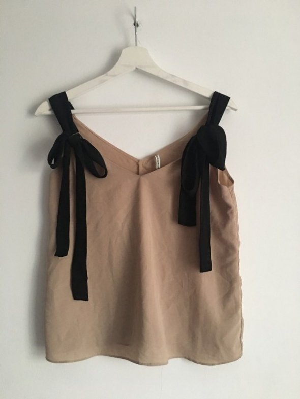 Beżowa bluzka z wiązanymi ramiączkami Stradivarius...