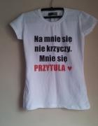 biały t shirt napis