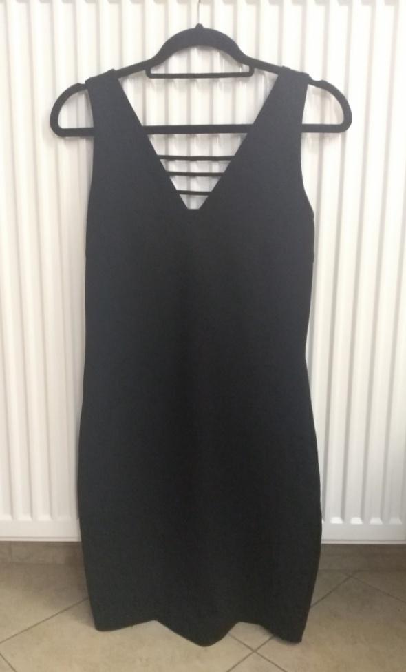 Czarna dopasowana sukienka Reserved M...