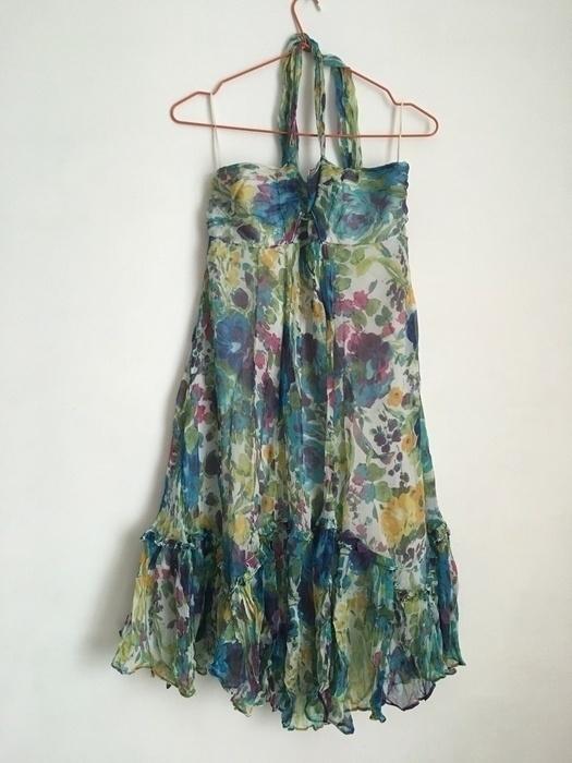 Sukienka w kwiaty wiązana na szyi
