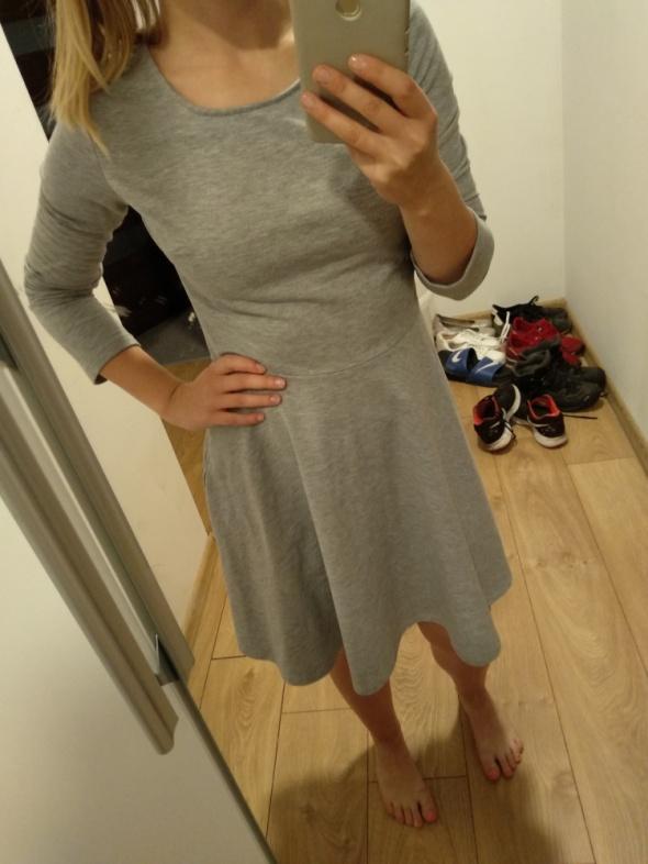 szara rozkloszowana sukienka