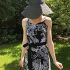 Sukienka w czarno białe wzory z paskiem
