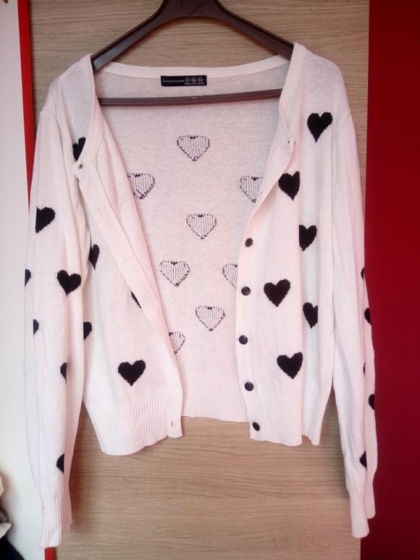 Biały rozpinany sweter Atmosphere czarne serca...