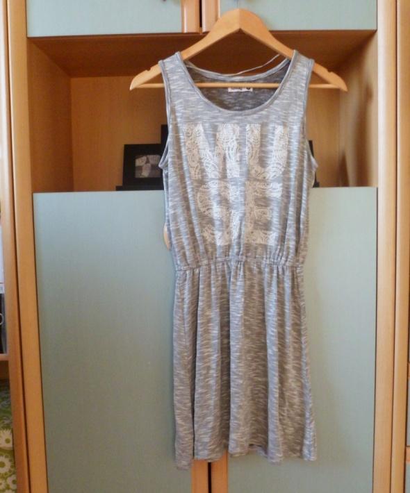 Szara sukienka Sinsay z nadrukiem z napisem krótka mini na lato...